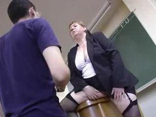 Une prof nympho baisee par des caillerads dans une amphi d'une fac parisienne