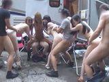 prijatelji koji su otisli u prirodu na izlet su napravili orgijanje u kampu sa svojim devojkama