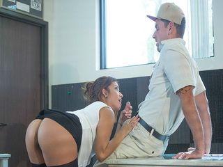 Business Milf Isabella De Santos Gets Fucked by Delivery Man