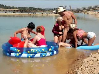 Lucky Dude Has Five Hot Girls In The Shallows