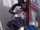 sklonivsi se od kise mlada tinejdzerka Hatsukawa Minami se nije nadala da ce biti grubo jebana na ulici