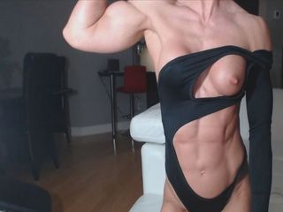 Bodybuilder chick flexing her dildo