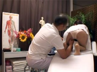 Sneaky Chiropractic Use Dirty Trick While Massage Girls Hamstrings To Make Her Horny