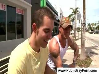 Tattooed guy gets a blowjob in an alley