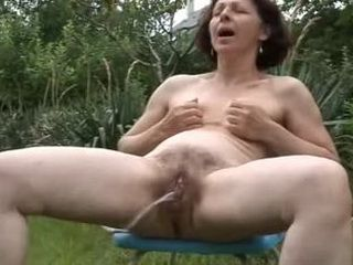 Mature Outdoor Finger & Peeing xLx