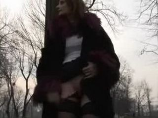 Babe Outdoor Showing Pussy xLx