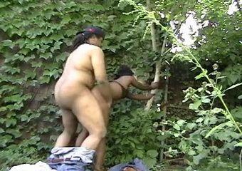 Ebony Big Ass Hooker Gets Fucked Outdoor For Few Bucks