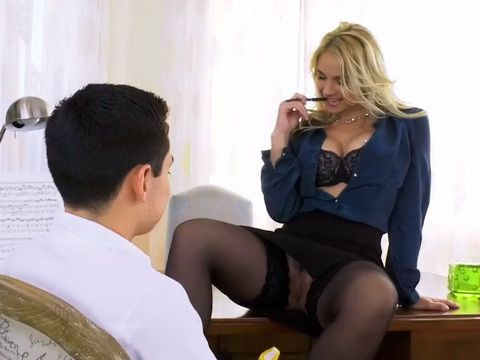 Mind Blowing MILF Flashes Juicy Pussy Infront Young Teen Boy