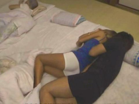 Sleeping With Too Hot Stepmom Aika In The Same Bed End Up Wrong