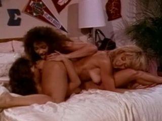 Porn legends eat pussy in lesbian threeway